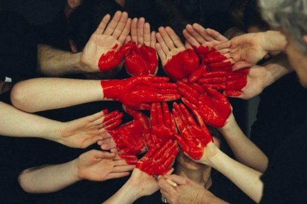 Maalattuja käsiä jotka muodostavat sydämmen